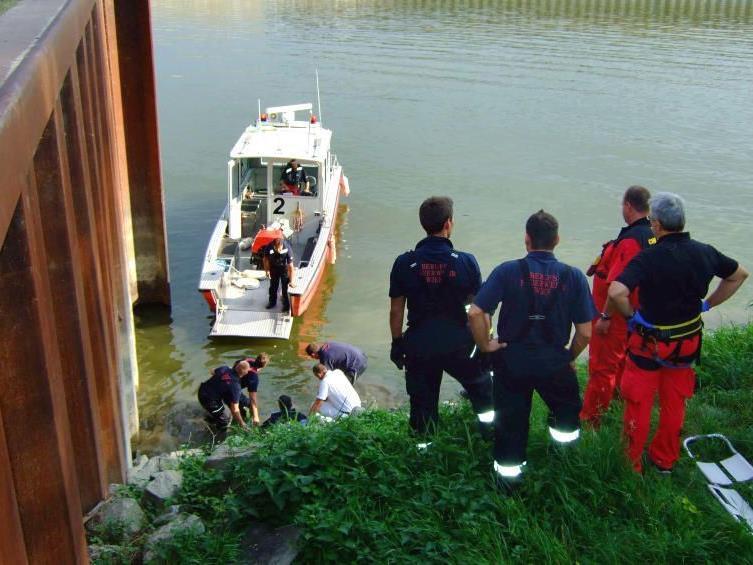 Am Alberner Hafen stürzte am Samstag ein Autofahrer mit seinem PKW ins Hafenbecken.