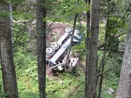 Rund 20 Meter unterhalb der Straße kam der LKW zu liegen.