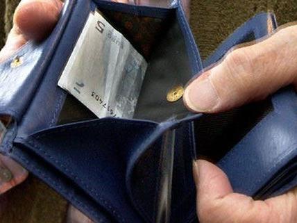 Die Pensionistin wollte dem Mann etwas Geld als Dankeschön geben - er raubte sie aus.