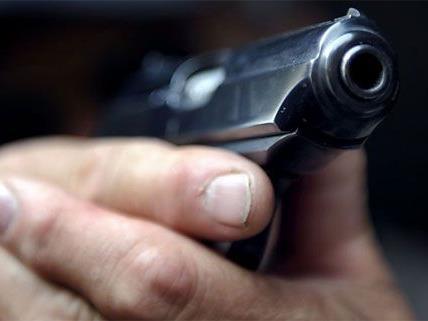Mit einer Pistole bedrohten die Räuber den Angestellten.
