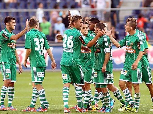 Die Spieler des SK Rapid Wien feiern den 2:0 Sieg über Salzburg.