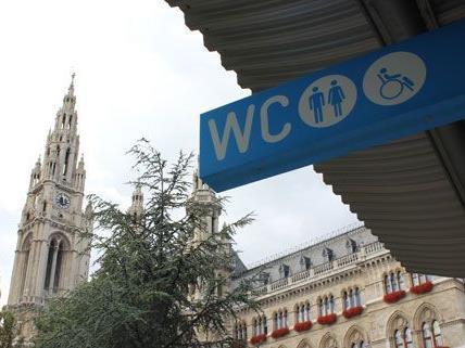 Die Toilettenpreise am Rathausplatz stehen in der Kritik: Werden Frauen diskriminiert?