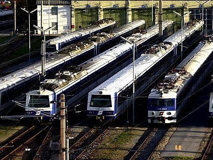 Ein 47-jähriger Arbeiter wurde in Wien-Simmering von einer S-Bahn erfasst und verletzt.