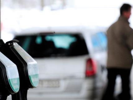 Am Montag wurde ein 24-Jähriger vor einer Tankstelle in Wien-Simmering überfallen.