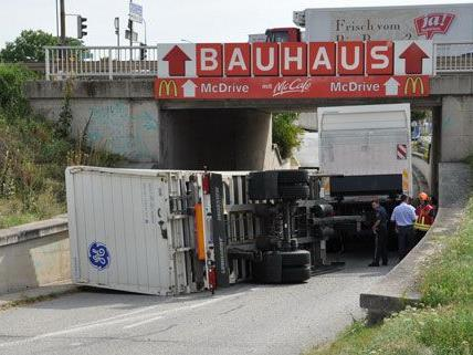 Am Dienstag kippte in Wiener Neudorf ein LKW-Gespann um.