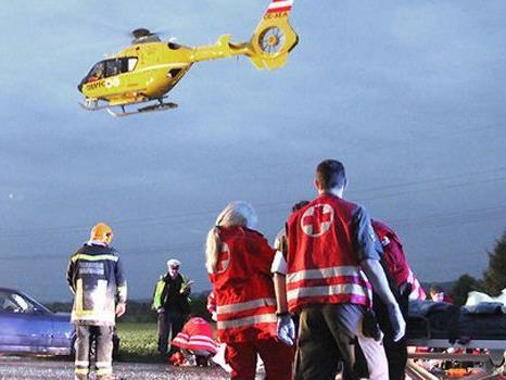 Der Unfall bei Wiener Neustadt forderte mehrere Verletzte.