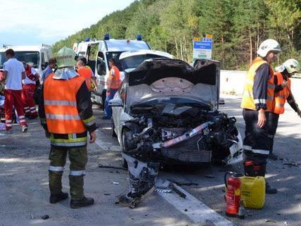 Zwei Personen wurden bei dem schweren Unfall auf der A2 bei Seebenstein verletzt.