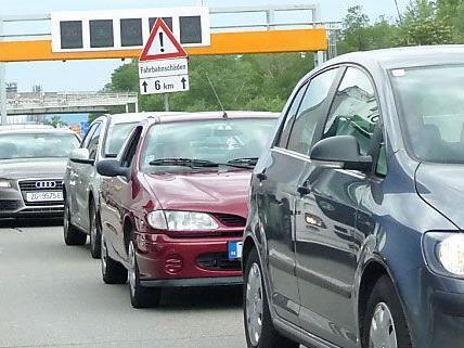 Der Verkehr ist auch an diesem Wochenende sommerlich stark.