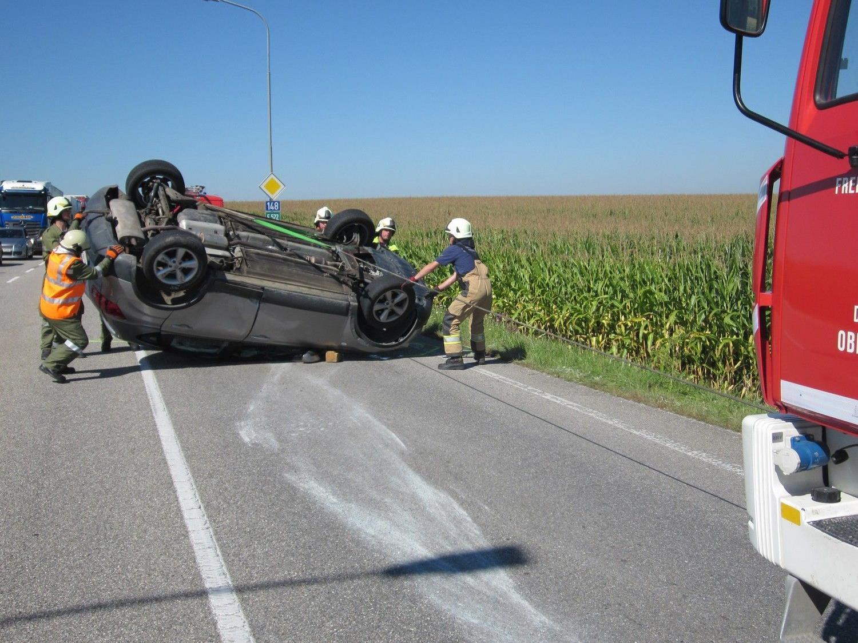 Zwei Kinder wurden bei dem Autounfall leicht verletzt.