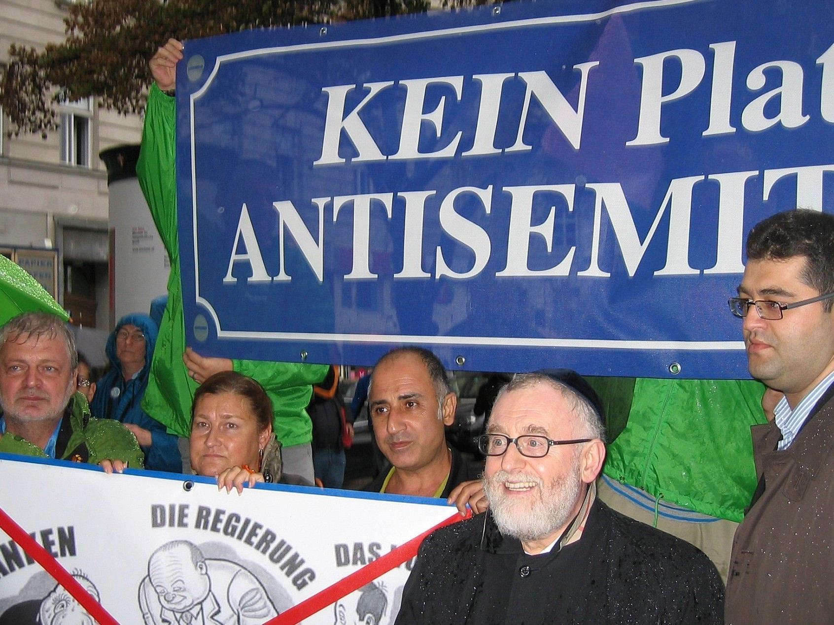 """""""Kein Platz für Antisemetismus"""" lautete die Aussage des Flashmobs am Wiener Schwedenplatz."""