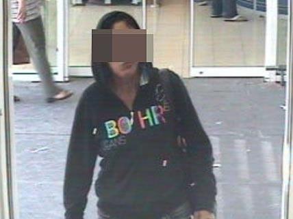 Diese Frau wurde bei dem Bankraub in Donaustadt von der Kamera festgehalten