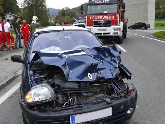 Unfall in Niederösterreich: Pkw-Lenker fuhr auf Lkw auf