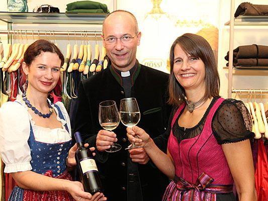 Winzerin Gabriele Krenn, Dompfarrer Toni Faber und Birgit Indra beim Dirndlgwandsonntag
