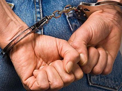 Die beiden Männer, die den Lohn des Opfers stahlen, konnten festgenommen werden.