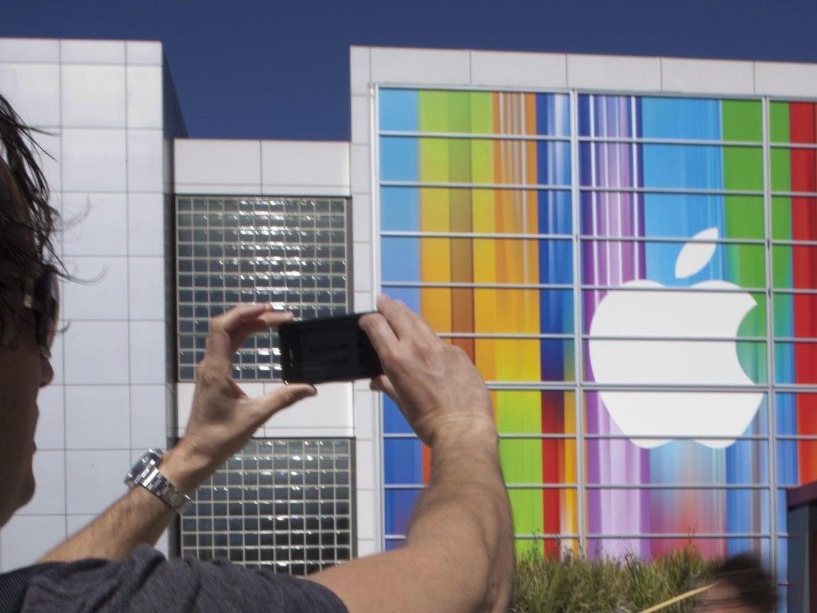 iPhone Besitzer vor Präsentationsort in San Francisco