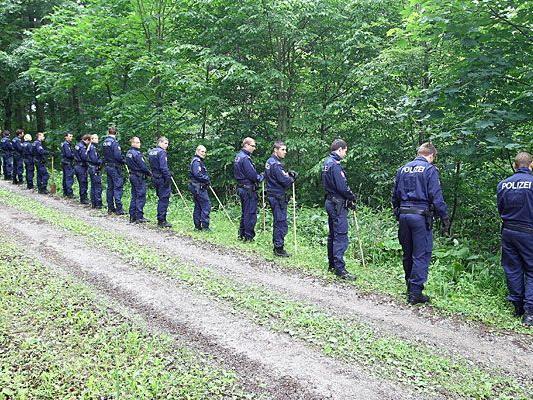 Polizisten durchkämmten den Wald auf der Suche nach Heidrun W. - ohne Erfolg