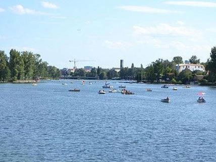 An der Alten Donau werden am Wochenende Bootsfahrer verköstigt.