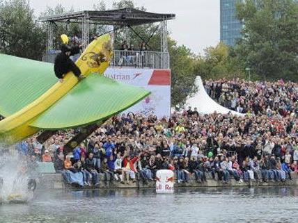 Auch heuer wurde es spritzig-nass am Red Bull Flugtag in Wien.