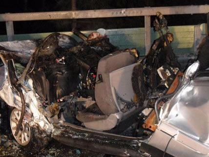 Der Lenker des Unfallautos konnte von der Feuerwehr nur mehr tot geborgen werden.