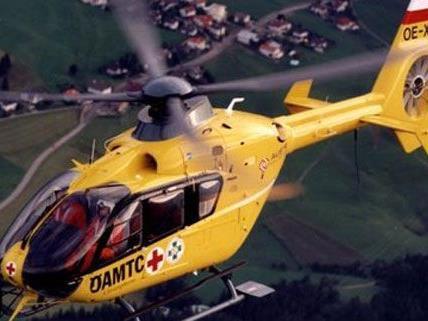 nach dem Arbeitsunfall musste der Schwerverletzte mit dem Rettungshubschrauber ins Spital gebracht werden.
