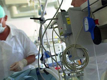 Schwer verletzt wurden zwei 19-Jährige bei einem Überfall, mittlerweile ist ihr Zustand stabil.