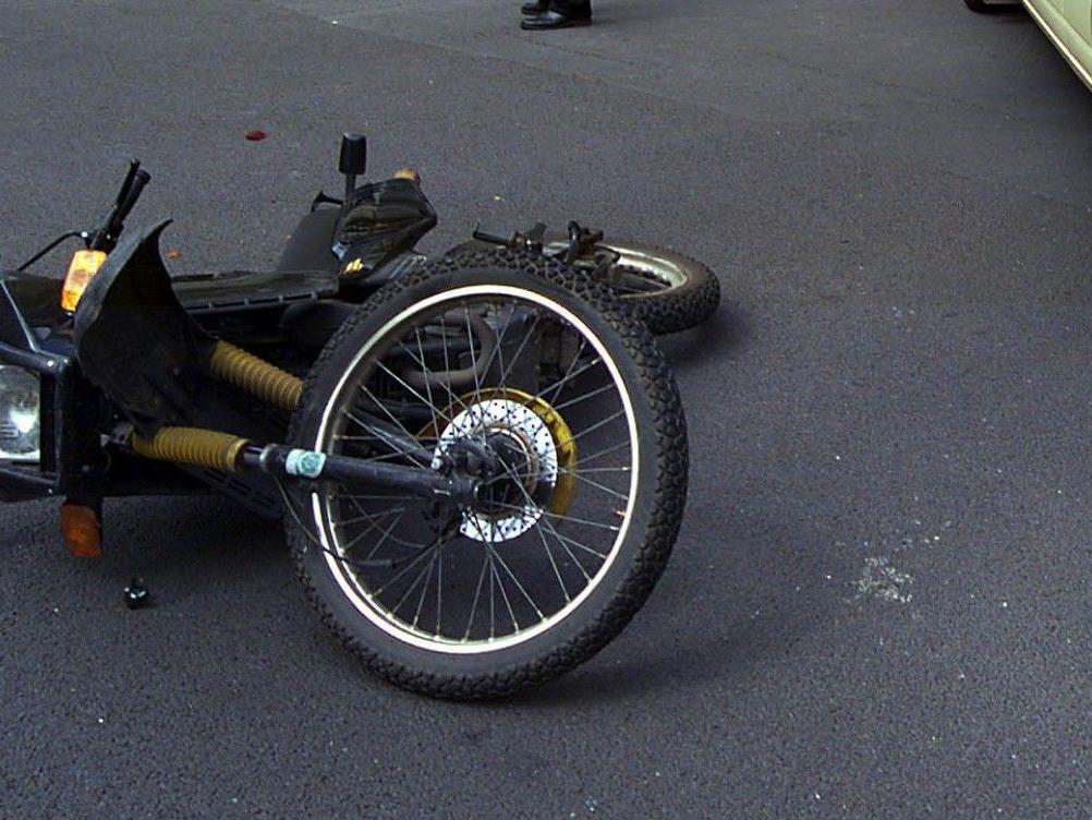 Eine Motorradfahrerin wurde bei einem Unfall in wien-Döbling schwer verletzt.
