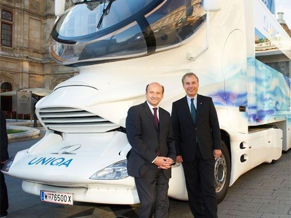Der Truck bei der Staatsoper. Im Bild: Peter Eichler (Vorstand UNIQA Österreich) und Dominique Meyer (Staatsoperndirektor).