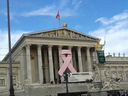 Anlässlich des internationalen Brustkrebstags findet im Parlament die Pink Ribbon Night statt.