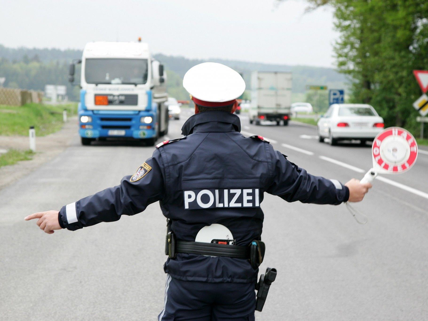 Die Polizei stellte bei der Kontrolle erhebliche Überschreitungen der Lenkzeiten fest.