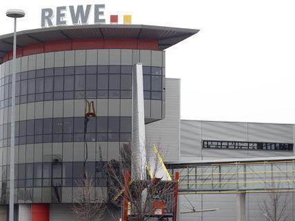 Noch im Herbst sollen erste Ermittlungsergebnisse nach den Razzein bei Rewe veröffentlicht werden.