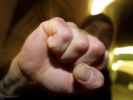 Drei Männer schlugen brutal mit Fäusten auf einen 25-Jährigen ein, sie konnten anschließend flüchten.