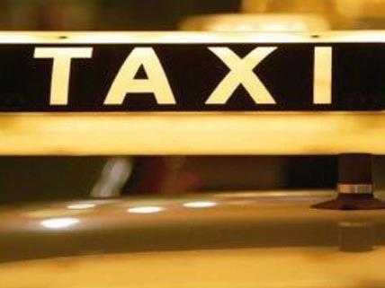 Ein Taxler übersah am Samstag, dass noch eine Frau einsteigen wollte und fuhr los.