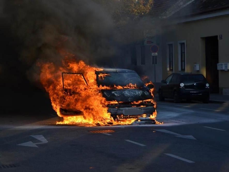 Brand eines Kraftfahrzeuges in Wien-Liesing