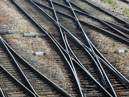 Pkw mit fünf Insassen im Bezirk Krems auf Bahngleise gestürzt