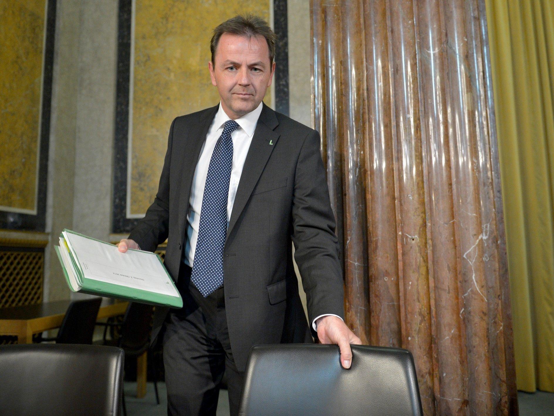 Umweltminister Nikolaus Berlakovich (ÖVP) stellt sich dem Untersuchungs-Ausschuss im Parlament.