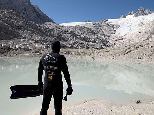 Extremtaucher Christian Redl bei seinem Training in einem Gletscher am Dachstein