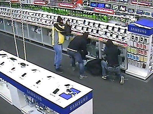 Die Einbrecher beim Zusammenraffen der Beute in der Shopping City Süd