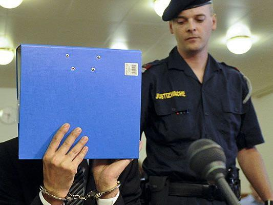 Beim Fesselmord-Prozess: Der angeklagte 26-Jährige verbirgt sein Gesicht