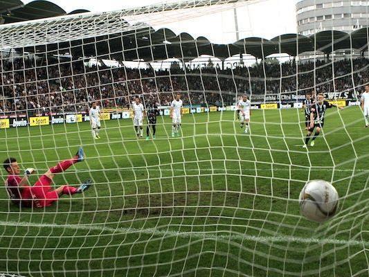 Florian Kainz (Sturm) setzt sich gegen Austria Tormann Heinz Lindner(l) durch und verwandelt den Elfer zum 1:1
