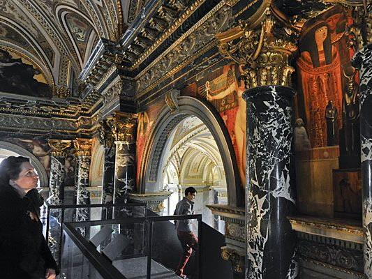Zwickel- und Interkolumnienbilder von Gustav Klimt zwischen den Bögen und Säulen des Kunsthistorischen Museums