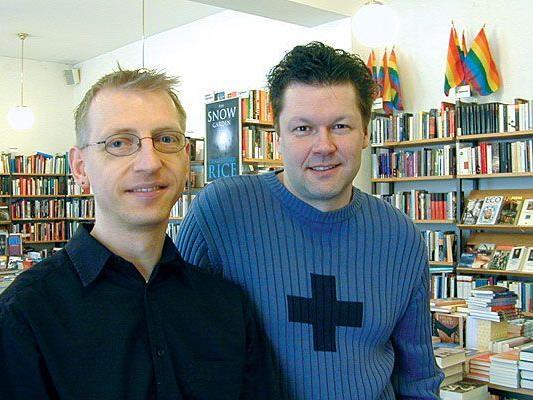 Löwenherz-Betreiber Jürgen Ostler und Andreas Brunner in der Buchhandlung
