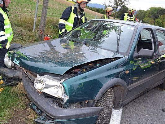 Eines der beschädigten Fahrzeuge nach dem Unfall auf der B21