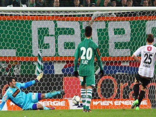 SCR Cashpoint-Spieler Hannes Aigner(r) bezwingt Rapid-Tormann Jan Novota - doch später wendete sich das Blatt