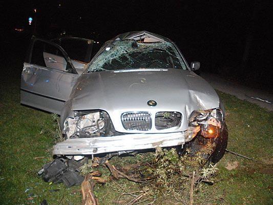 Eines der Unfall-Fahrzeuge nach dem Crash in Liesing