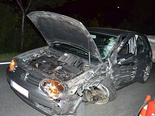 Der Pkw wurde bei dem Unfall auf der B21 schwer beschädigt