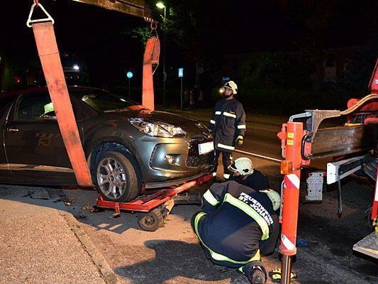 Die Feuerwehr schafft einen beschädigten Wagen in Ternitz von der Straße