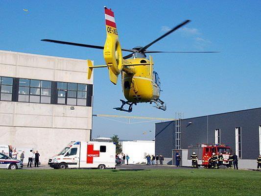 Ein Notarzthubschrauber flog den Verletzten aus Wiener Neudorf ins AKH Wien