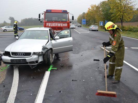 Die Feuerwehr räumte nach dem Unfall in Neunkirchen die Straße