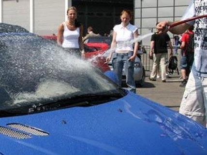 Weil sie in ihrer Ausbildung Autos waschen und Schneeschaufeln mussten, bekommen die Lehrlinge jetzt eine Entschädigung.