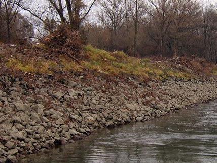 Der PKW konnte bisher nicht aus der Donau geborgen werden.
